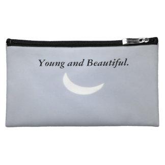 Bolso cosmético joven y hermoso