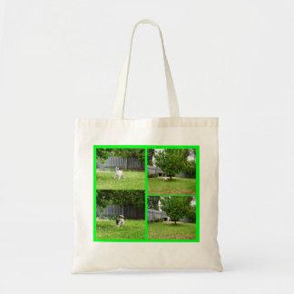 Bolso De Tela Fox terrier que juega en el jardín,