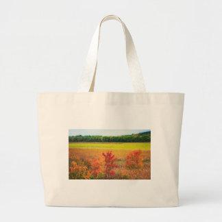 Bolso De Tela Gigante Árboles del otoño en los grandes prados
