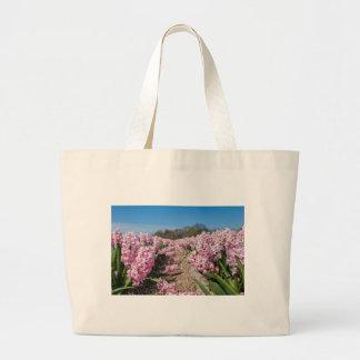 Bolso De Tela Gigante Campo de flores con los jacintos rosados en