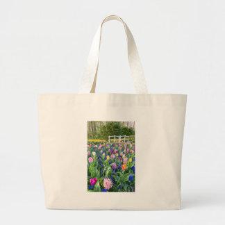 Bolso De Tela Gigante Campo de flores con los jacintos y el puente de