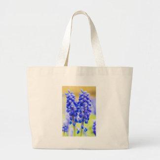 Bolso De Tela Gigante Dos jacintos de uva azules en primavera