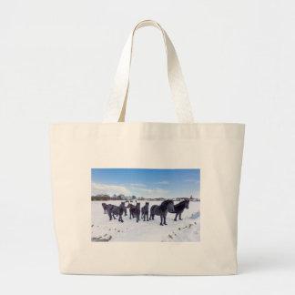 Bolso De Tela Gigante Manada de los caballos negros del frisian en nieve