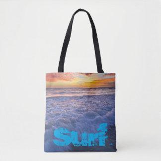 Bolso De Tela La playa que practica surf agita en la puesta del