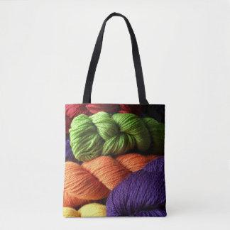 Bolso De Tela Verde, naranja, y madejas púrpuras del hilado