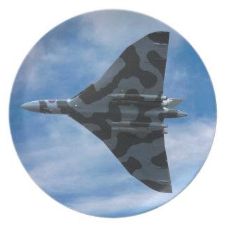 Bombardero de Vulcan en vuelo Plato
