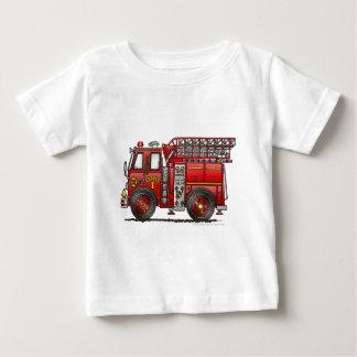 Bombero del coche de bomberos de la escalera camiseta de bebé