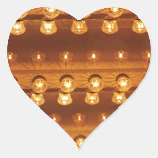 Bombillas en el techo (fondo) pegatina en forma de corazón