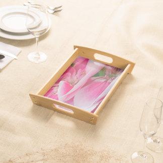 Bonito en las flores rosadas que sirven la bandeja