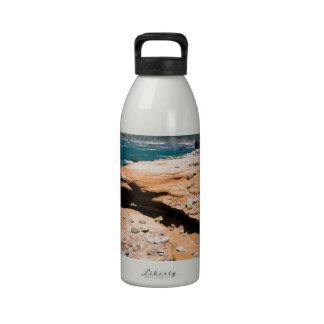 Borde del camino de la nutria de la erosión de la  botellas de agua reutilizables