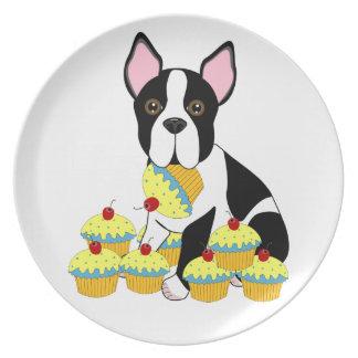Boston Terrier con la placa azul de las magdalenas Platos De Comidas