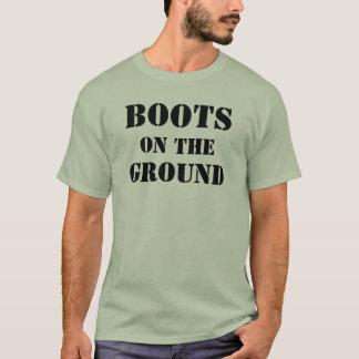 Botas en la camiseta de los hombres de tierra