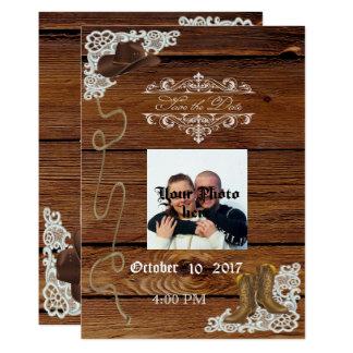 Botas y reserva rústica de madera del cordón la invitación 12,7 x 17,8 cm