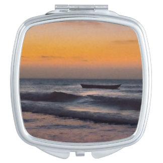 Bote pequeño en el mar Jericoacoara el Brasil Espejo Maquillaje