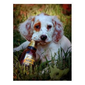 Botella del perrito y de cerveza postal