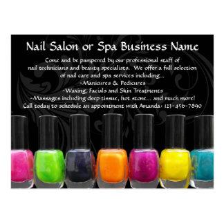 Botellas coloridas del esmalte de uñas, salón del postal