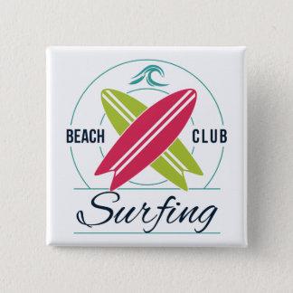 Botón que practica surf del club de la playa