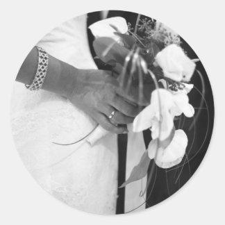 Bride and groom holding black and white wedding pegatina redonda