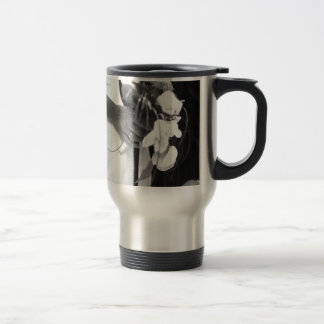 Bride and groom holding black and white wedding taza de viaje