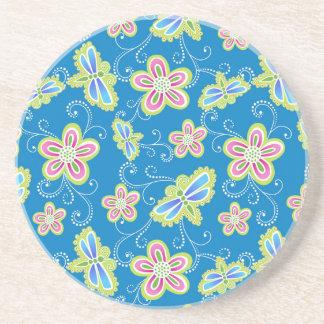 Brillant florece, las libélulas y los remolinos en apoyavasos