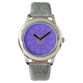 Brillo violeta del reloj de la flor del poder