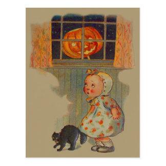 Broma asustada del gato negro de la linterna de postal