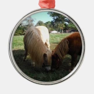 """Brown rubio,"""" caballos miniatura """" dos pequeños adorno navideño redondo de metal"""