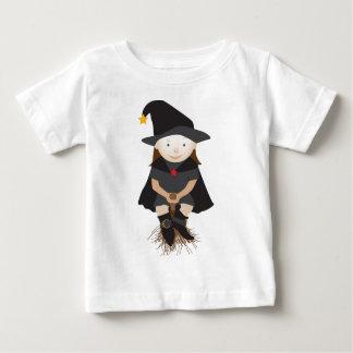 Bruja amistosa en una escoba camiseta de bebé