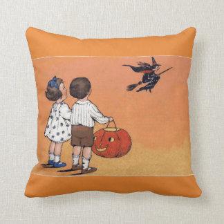 Bruja de Halloween del vintage y almohada de tiro