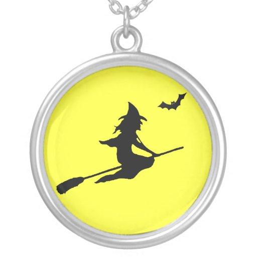 Bruja de Halloween en el collar de la luna