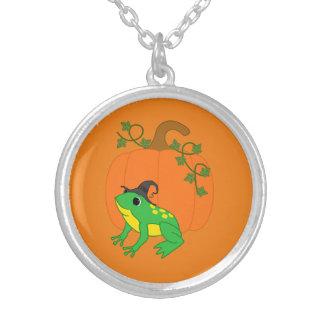 Bruja de la rana verde con la calabaza de colgante redondo