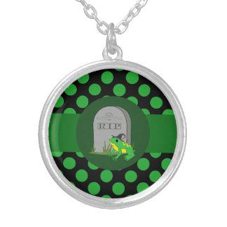 Bruja de la rana verde con la piedra grave y los colgante redondo