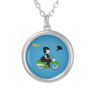 Bruja del dibujo animado que monta un ciclomotor colgante