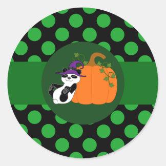 Bruja del oso de panda con la calabaza y los pegatina redonda