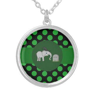 Bruja gris del elefante con la piedra grave y los colgante redondo
