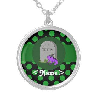 Bruja púrpura de la rana con la piedra grave y los colgante redondo