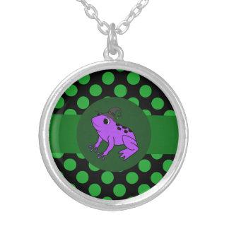 Bruja púrpura de la rana con los puntos verdes colgante redondo