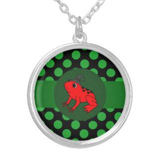 Bruja roja de la rana con los puntos verdes colgante redondo