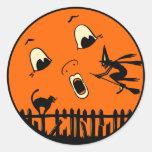 Bruja y luna de Halloween del vintage Pegatina Redonda