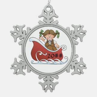 Brunette del trineo del explorador del brownie adorno de peltre en forma de copo de nieve