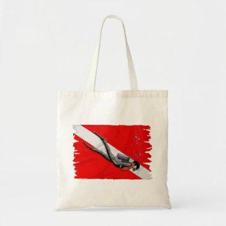 Buceador y bandera arrugada de la zambullida bolsa