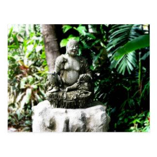 Buda de risa tailandés en jardín postal