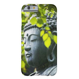 Buda en jardín del templo de Senso-ji Funda De iPhone 6 Barely There