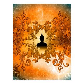 Buda en la puesta del sol con la luz mística que postal