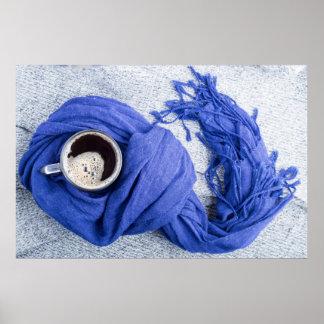 Bufanda azul atada alrededor de la taza con café póster