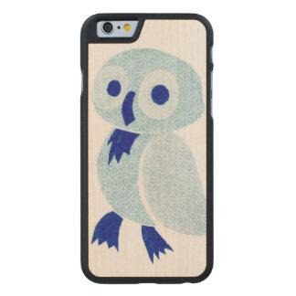 Búho azul en la madera blanca funda de iPhone 6 carved® de arce