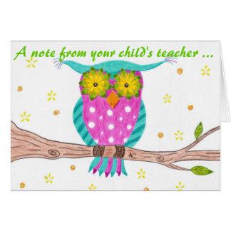 Búho con las tarjetas de nota floridas de los prof