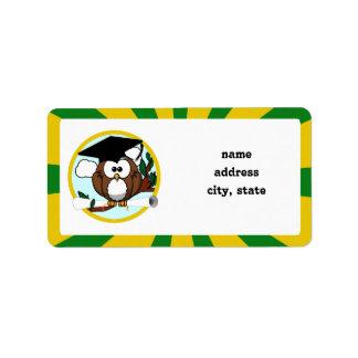 Búho de graduación con colores de la escuela del etiquetas de dirección