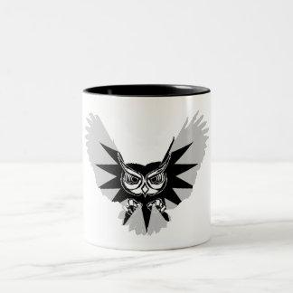 Búho en vuelo taza de café de dos colores