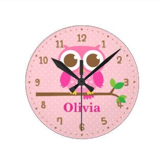 Búho rosado lindo en el reloj de la decoración de